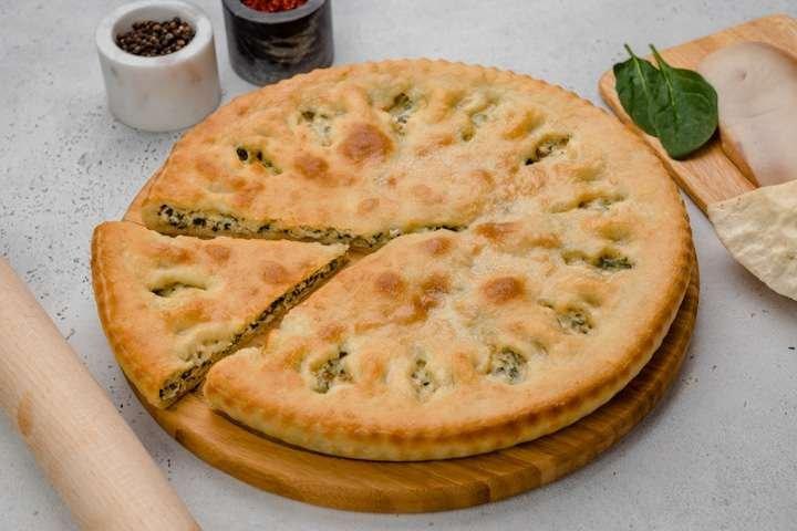 Осетинский пирог с курицей, сыром и шпинатом