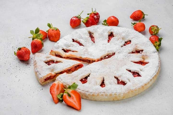 Сладкий осетинский пирог с клубникой