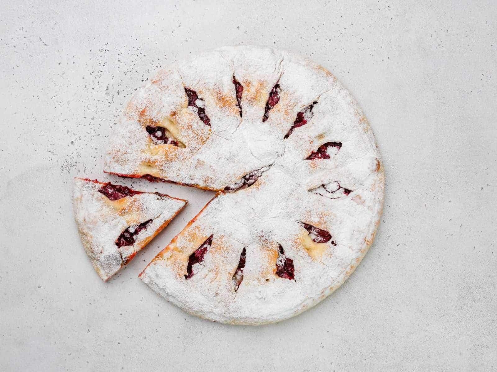 Пирог с вишней и яблоком